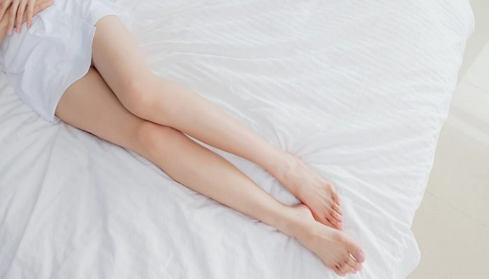 beauty woman lying on the bed with sexy leg